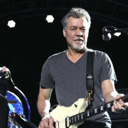 Kytarista Eddie Van Halen podlehl rakovině, bylo mu 65 let